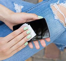 Limpieza de pantallas de teléfono con toallitas limpiadoras para equipos electrónicos Windex