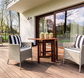 Limpieza de primavera muebles de jardín puerta de vidrio corrediza